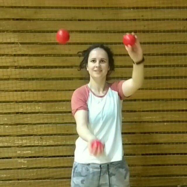 Специально убрала звук из видео. Посмотрим, какая мелодия заиграет у вас в голове . . . . #punzuy_tricks #juggling #jugglingspb #jugglingcascade #millsmess #cascadejuggling #jugglingballs #juggler #jugglingrussia #jugglingfreestyle #motivation #tricks #flowarts #жонглирование #жонглер #мотивация #тренировка #жонглерспб